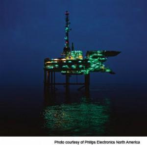 DarkSkyTerschelling: produktieplatform op zee met groene verlichting