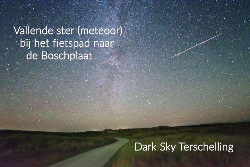 DarkSkyTerschelling: een vallende ster nabij het fietspad naar de Boschplaat